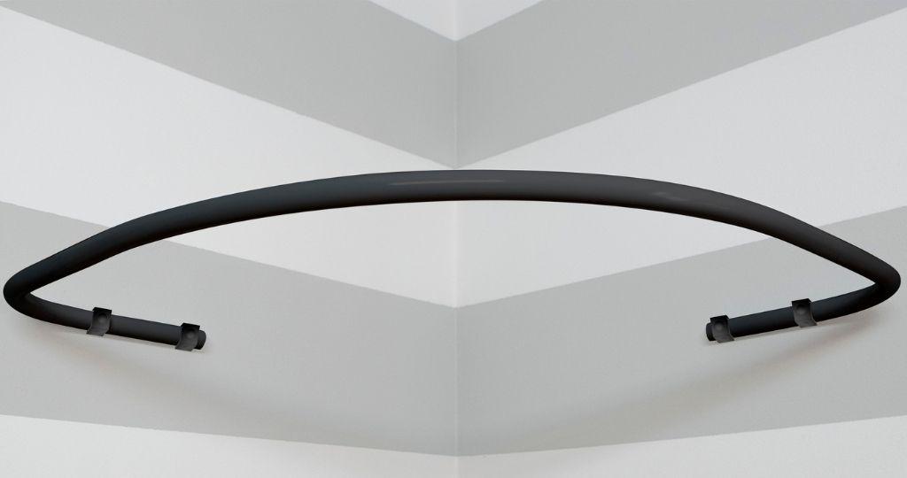 czarny drążek na zasłonę prysznicową