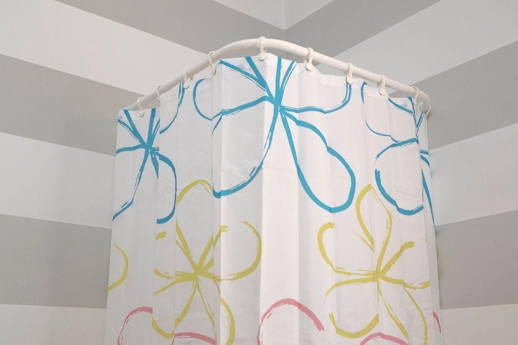 zasłona prysznicowa w kolorowe kwiaty