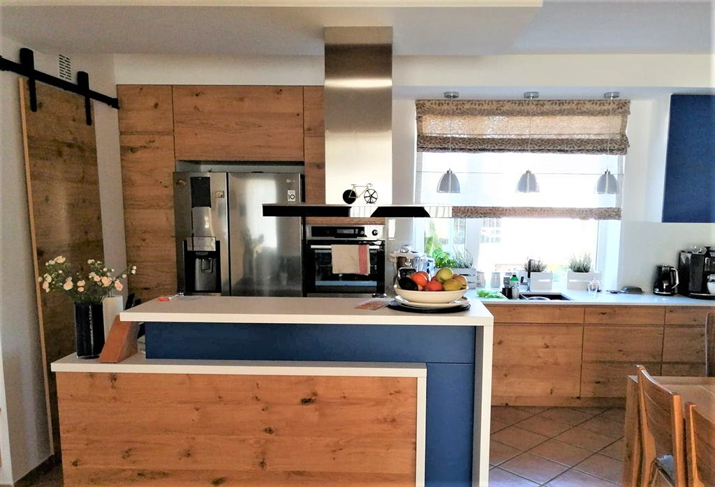 kuchnia z drewnianymi frontami i błękitnymi akcentami