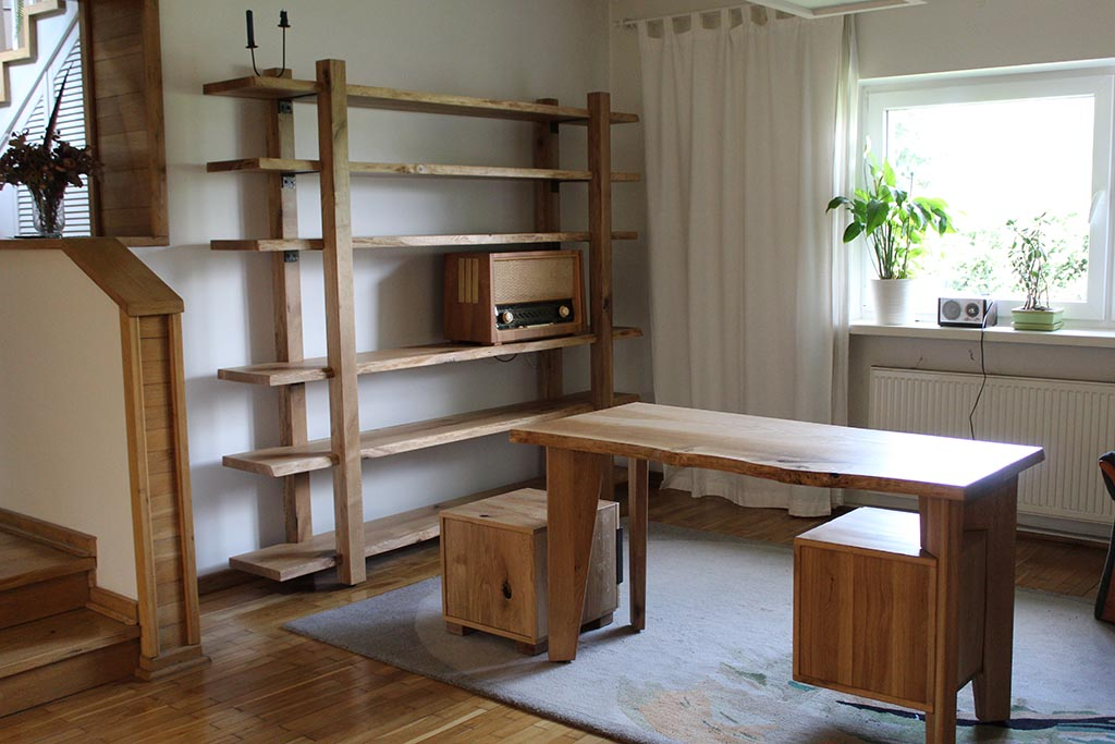 biurko i regał wykonane z drewna