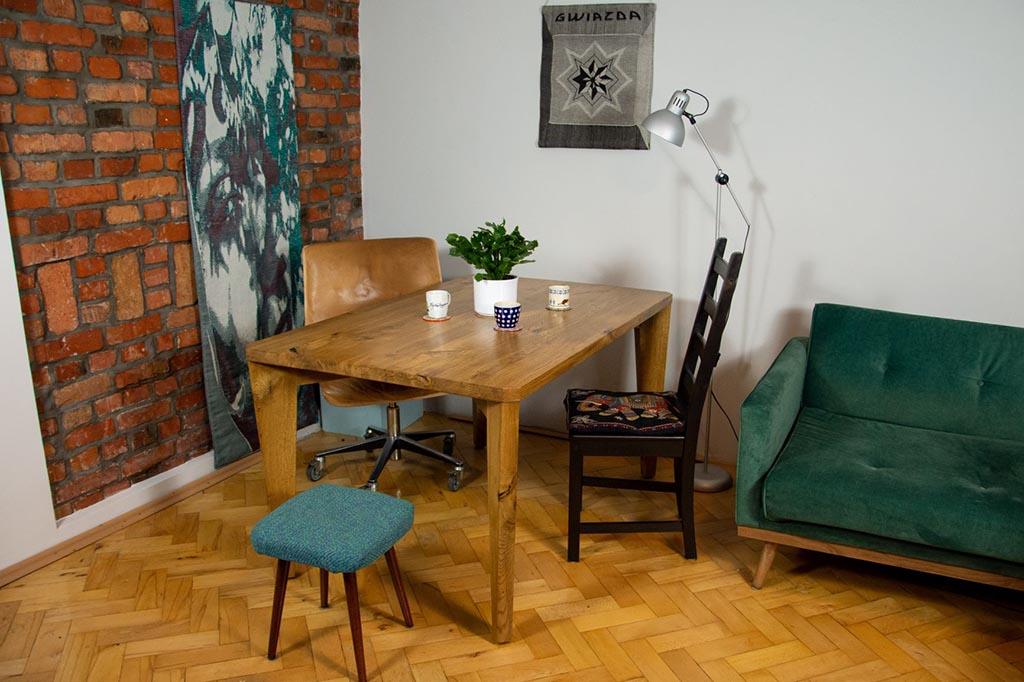 drewniany stół w klimatycznym pomieszczeniu