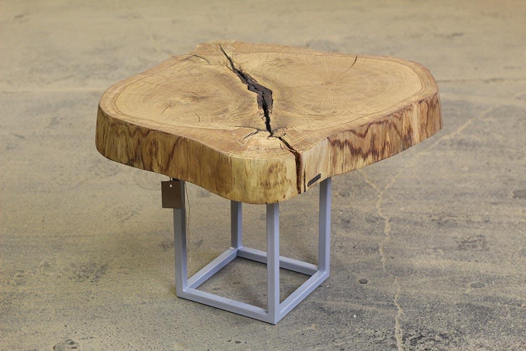 drewniany stoliczek na metalowych nogach
