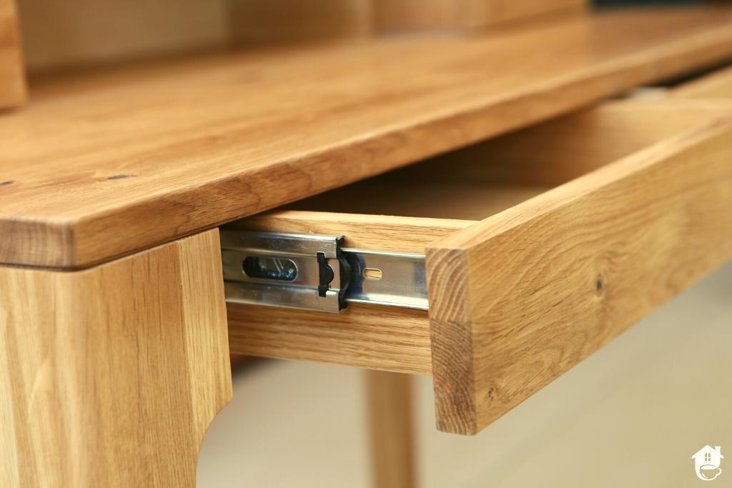 Pinokio byłby zadowolony – czyli drewniane biurko, które spełni każde oczekiwania.