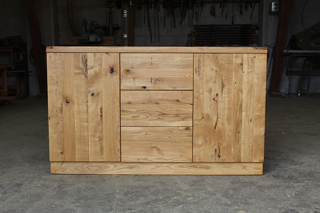 solidna komoda wykonana z drewna