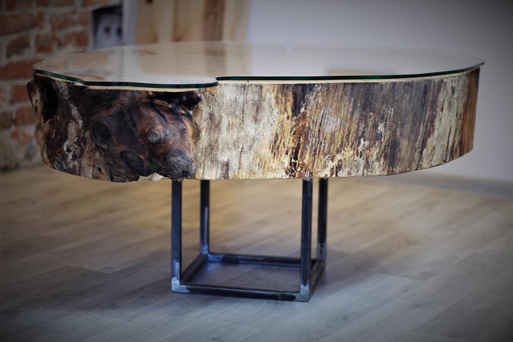 stolik kawowy z drewna i ze szklanym blatem
