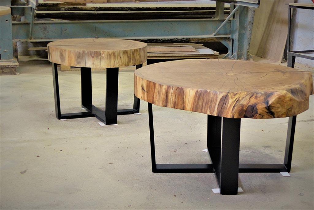 stoliki z drewnianymi blatami na metalowych nogach