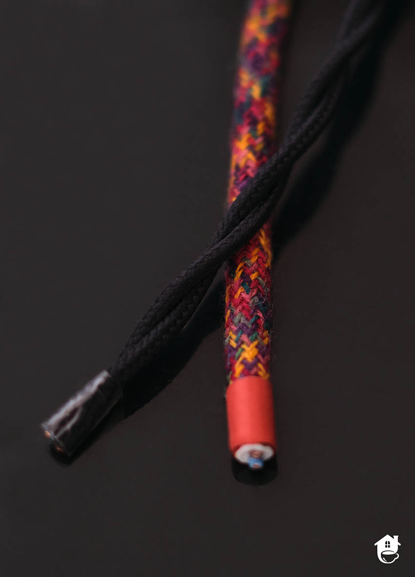 dwa kontrastujące kolorowe kable