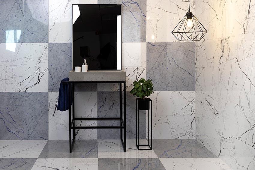 łazienka zaaranżowana z płytkami kamiennymi