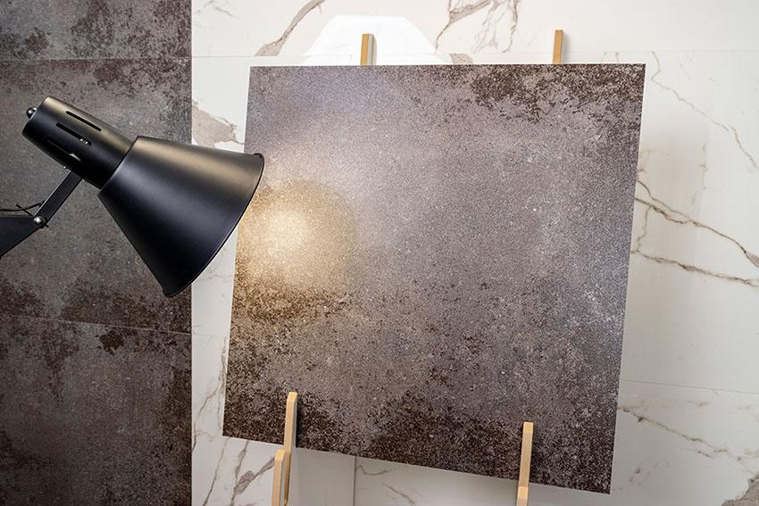 płytka kamienna oświetlona lampą