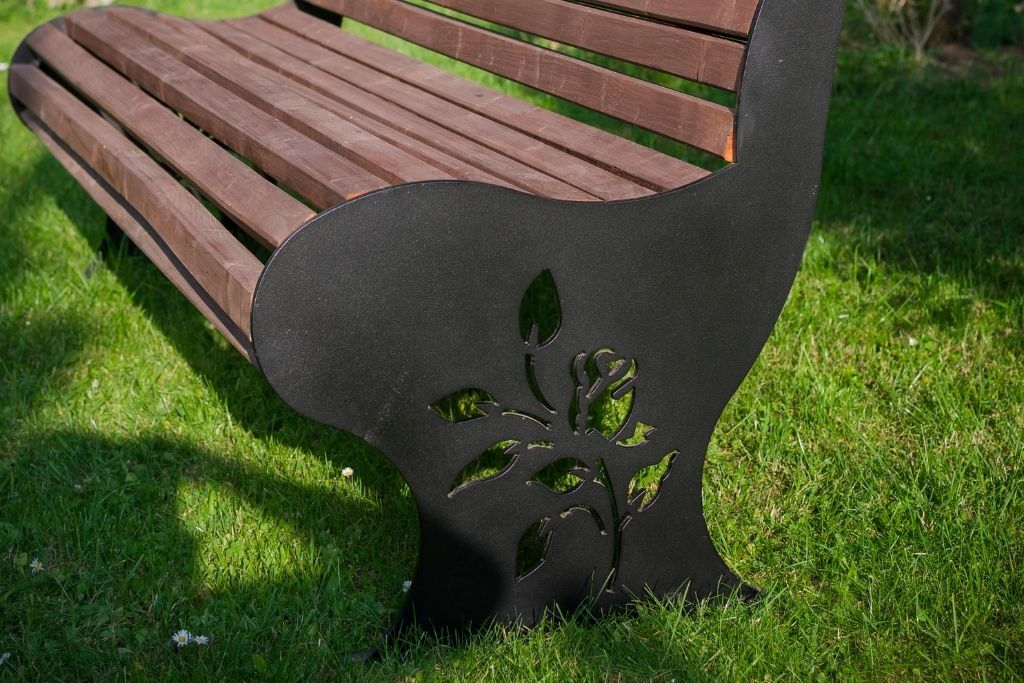 ławeczka z motywem róży