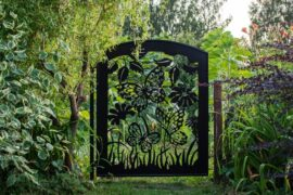 bramka ogrodowa w motyle i kwiaty