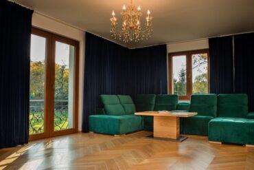 drewniana podłoga jodełka w salonie
