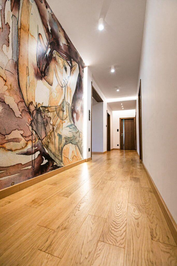 drewniana podłoga w korytarzu