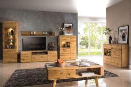 drewniane meble w nowoczesnym salonie