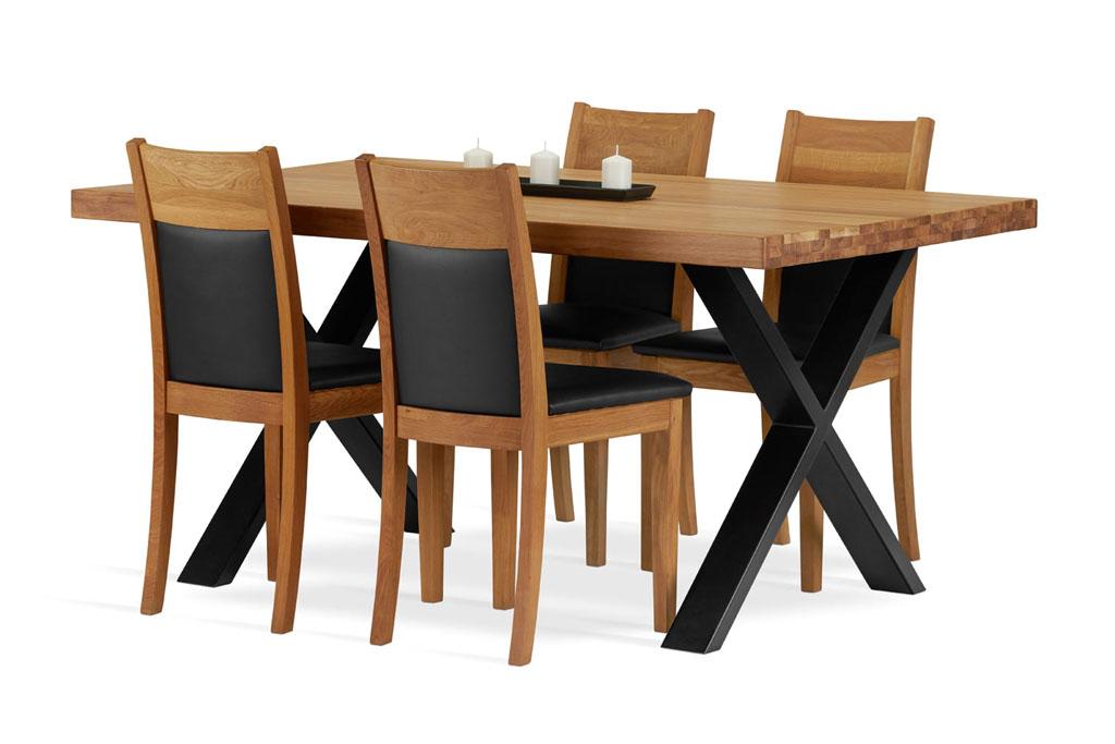 drewniany stół do jadalni z czterema krzesłami