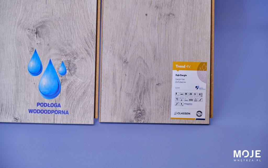 jasne panele wodoodporne na błękitnym tle