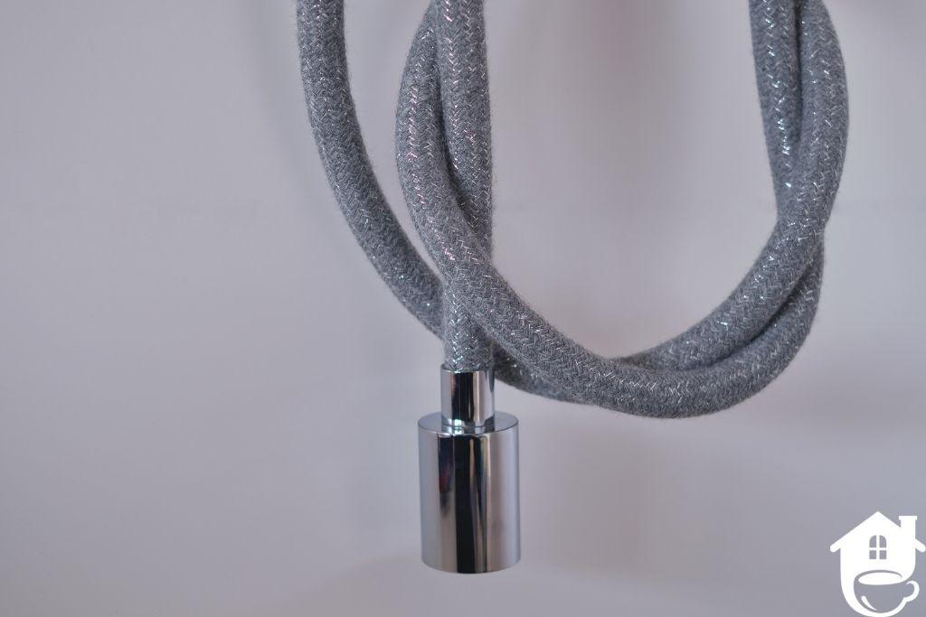 lampa na kablu w szarym oplocie ze srebrną nitką