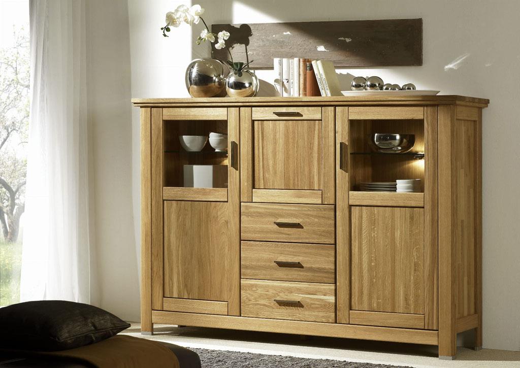 komoda wykonana z drewna w salonie