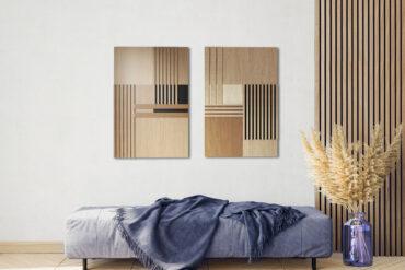 kompozycja z drewnianych obrazów na białej ścianie