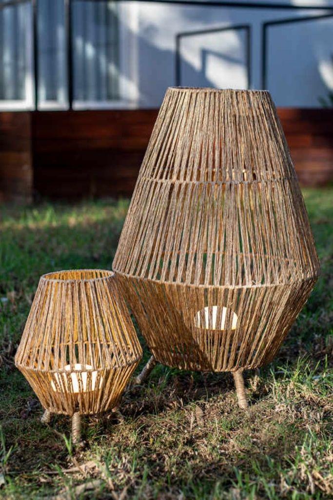 lampa ogrodowa pleciona z włókien naturalnych w dwóch rozmiarach w ogrodzie