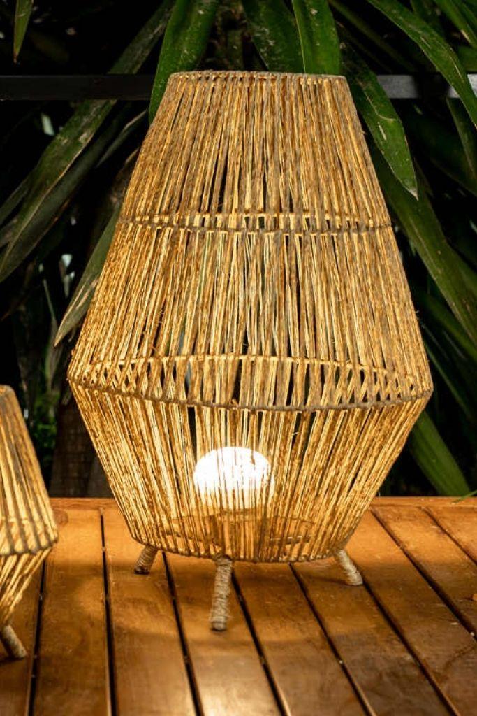 lampa pleciona z włókien naturalnych w ogrodzie