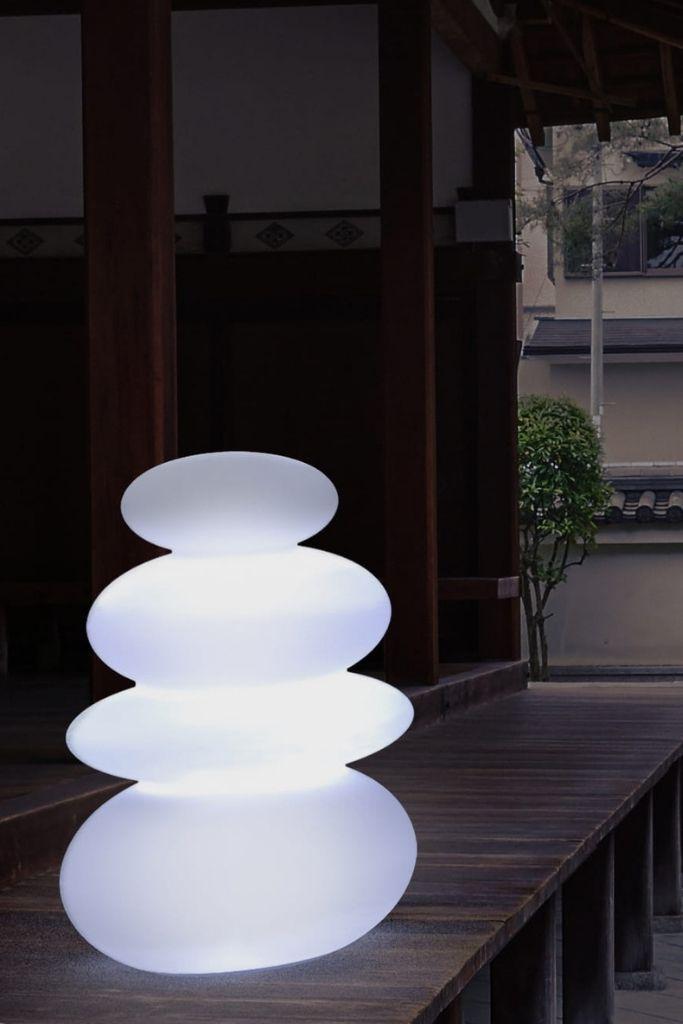 lampa w kształcie kamieni na tarasie