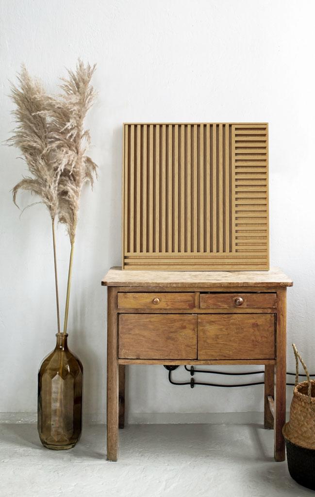 minimalistyczny obraz drewniany na komodzie