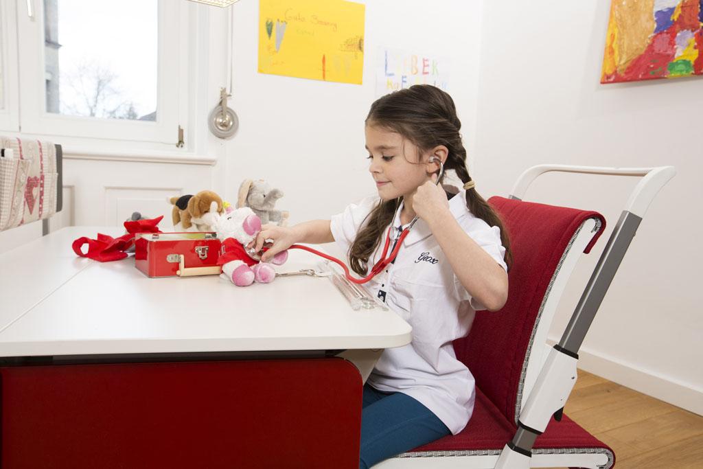 dziewczynka bawi się przy biurku