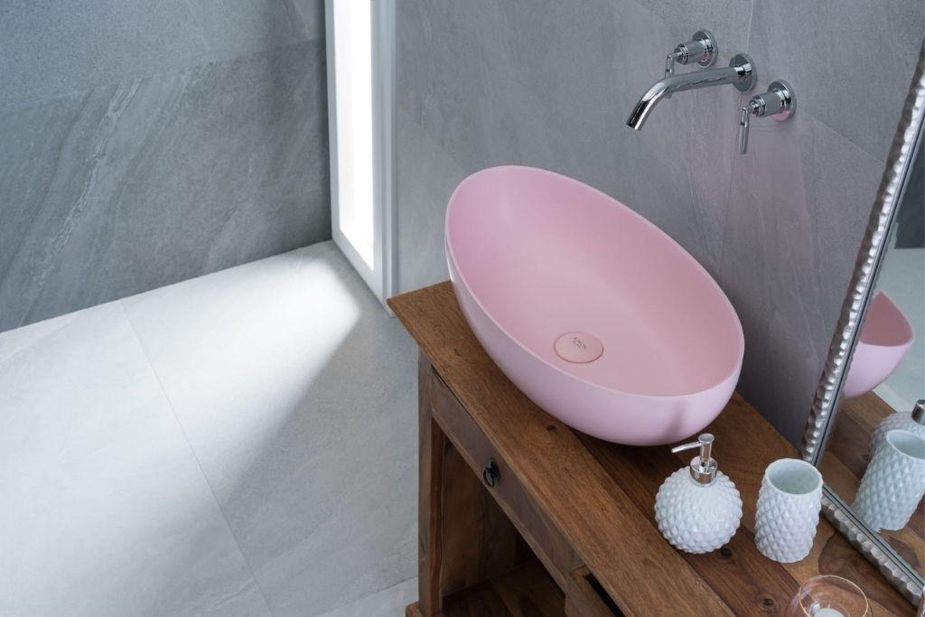 pastelowa różowa umywalka nablatowa
