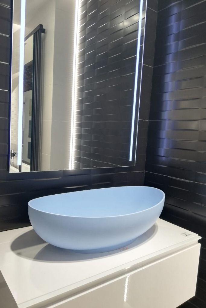 pastelowo błękitna umywalka nablatowa
