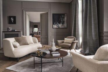 dekoracje okienne z szarej tkaniny w salonie