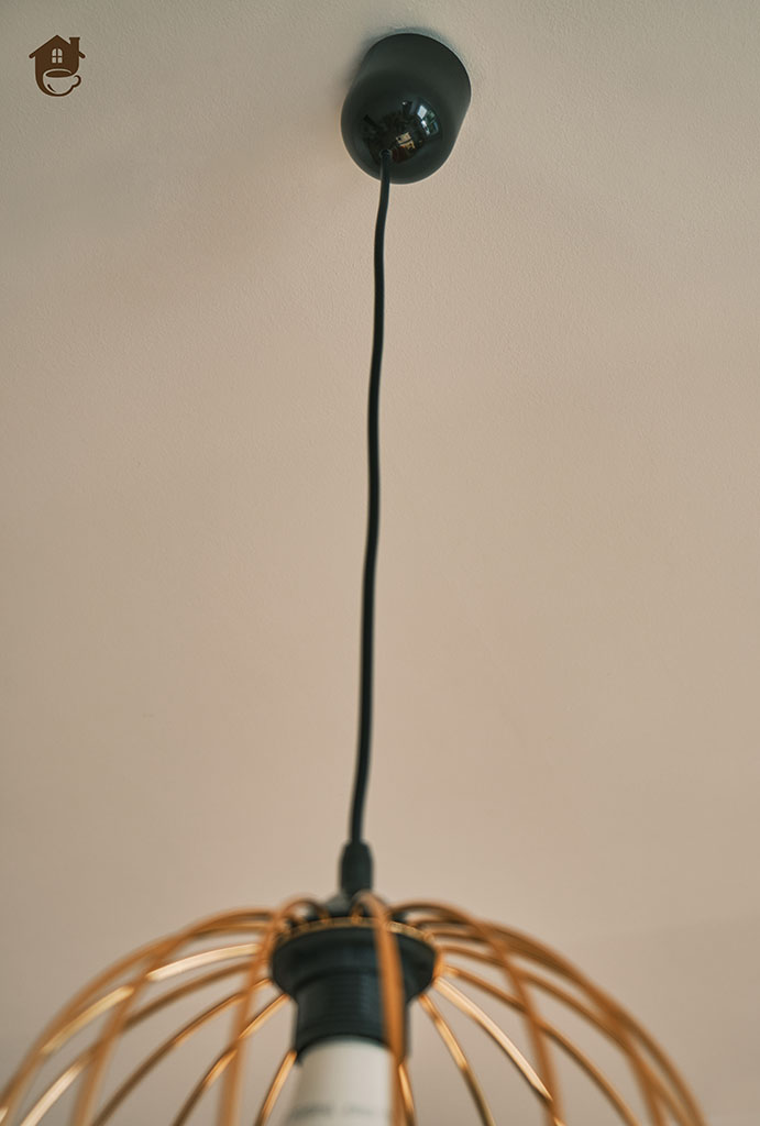kabel i gniazdo lampy kuli zamontowane na suficie