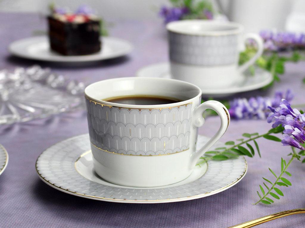 komplet kawowy z porcelany na liliowym obrusie