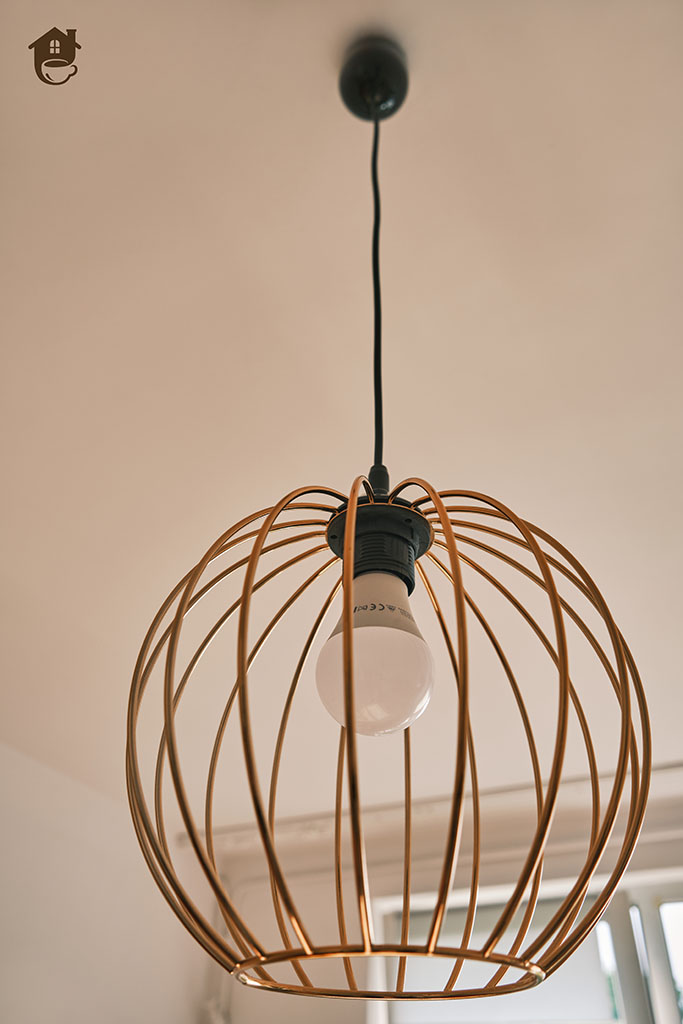 lampa kula zawieszona na suficie w salonie