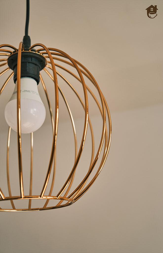 zbliżenie na konstrukcję lampy miedzianej